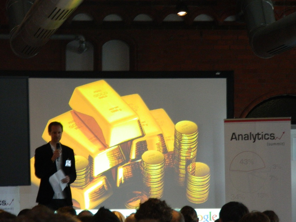 Timo Aden bei der Eröffnungsrede des Analytics Summit
